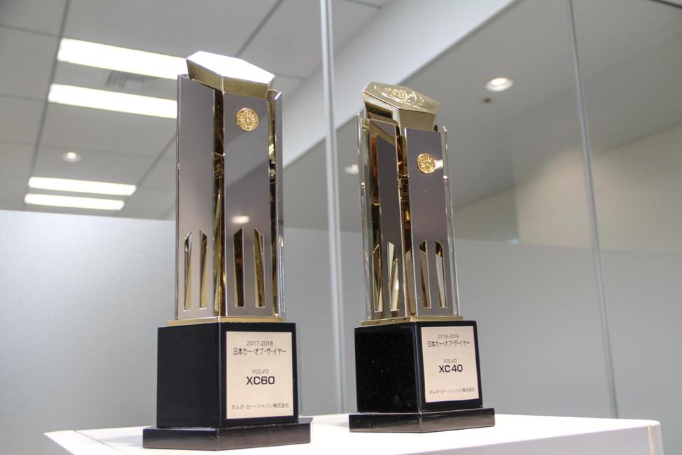 オフィスエントランスに飾られた日本カーオブザイヤー受賞トロフィー