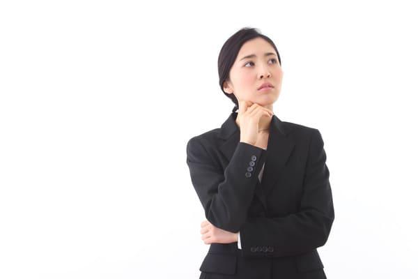 考える女性社員