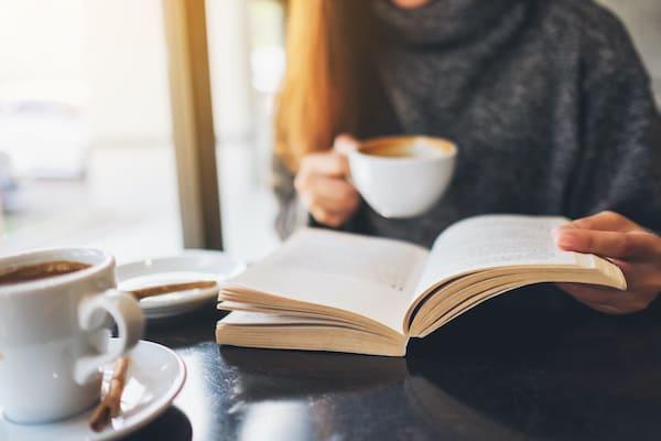 オフィス内のカフェスペースで読書する様子