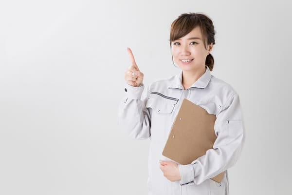 工場に勤める女性