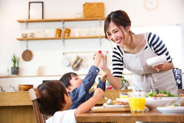 食事を楽しむ親子