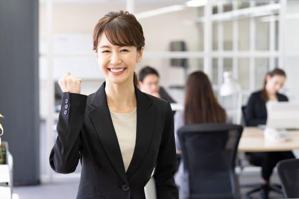 笑顔でガッツポーズをする女性