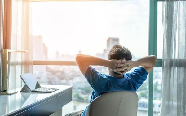 オフィスでリラックスする男性